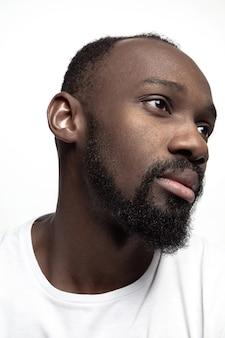 Портрет молодого серьезного африканского человека в студии.