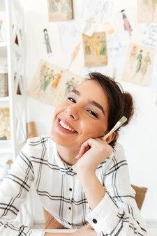Портрет молодой улыбающейся женщины-модельера