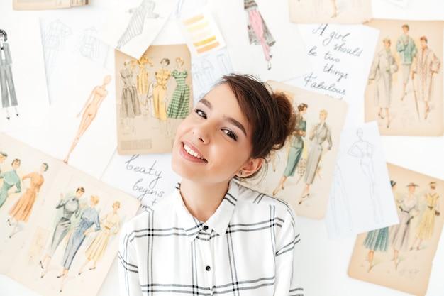 Портрет молодой улыбающейся девушки позируют