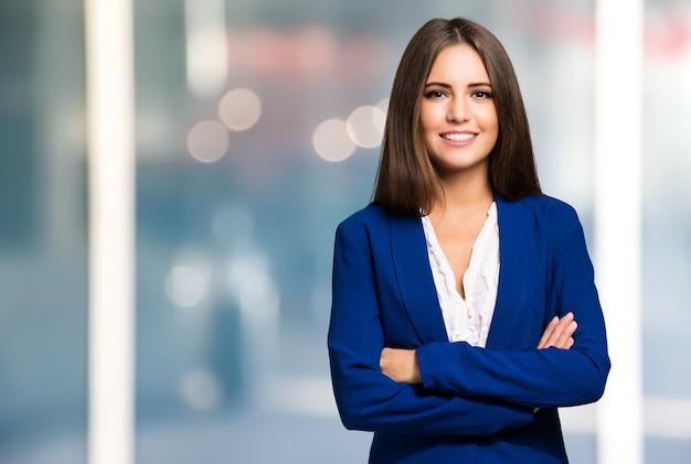 Портрет молодой женщины улыбается
