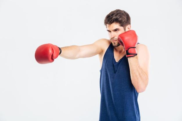 회색 배경에 고립 된 빨간 장갑에 권투 젊은 스포츠 남자의 초상화