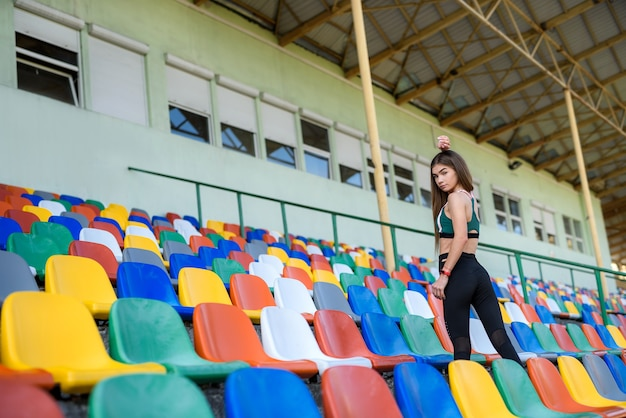 도시 경기장에서 아침 조깅 후 계단에 젊은 스포츠 여자의 초상화. 도시의 건강한 라이프 스타일