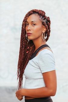 젊은 강한 아프리카 계 미국인 여자의 초상화