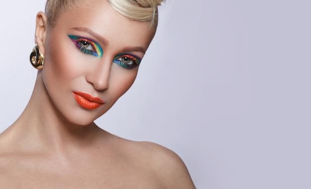 Портрет молодой стильной и красивой женщины