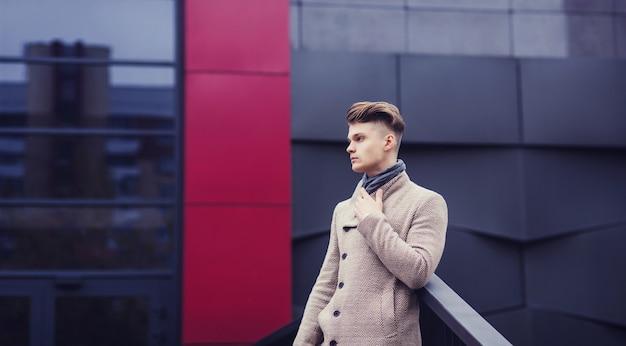 Портрет молодого успешного человека в осеннем пальто. тысячелетний