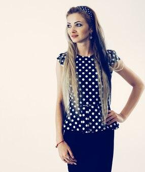若い女性の肖像画-白い背景の上のスタイリッシュなスーツの管理者。写真にはテキスト用の空きスペースがあります
