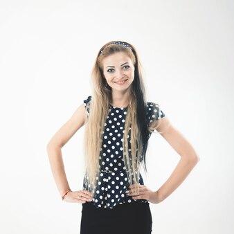 Портрет молодой женщины - администратора в стильном костюме на белой стене. на фотографии есть пустое место для вашего текста