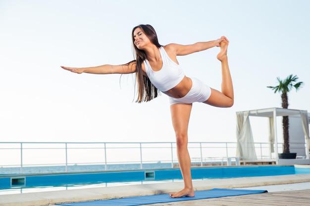 屋外でストレッチ体操をしている若い女性の肖像画
