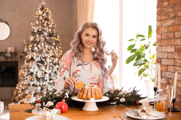 キッチンで自宅でクリスマスの準備中の若い女性の肖像画