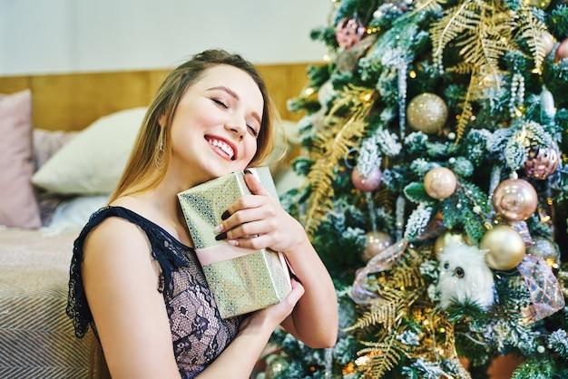집에서 크리스마스를 준비하는 동안 젊은 여자의 초상화