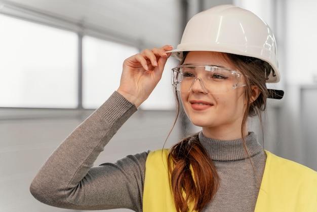Портрет молодой женщины-инженера