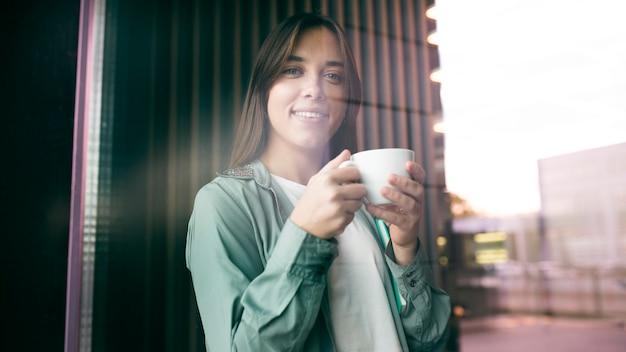 コーヒーを楽しんでいる若い女性の肖像画