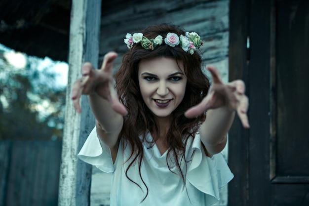 Портрет молодой женщины от кошмаров, концепция хеллоуина.
