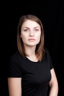 顔の近くに手を置いたビジネス スーツを着た若い女性の肖像画
