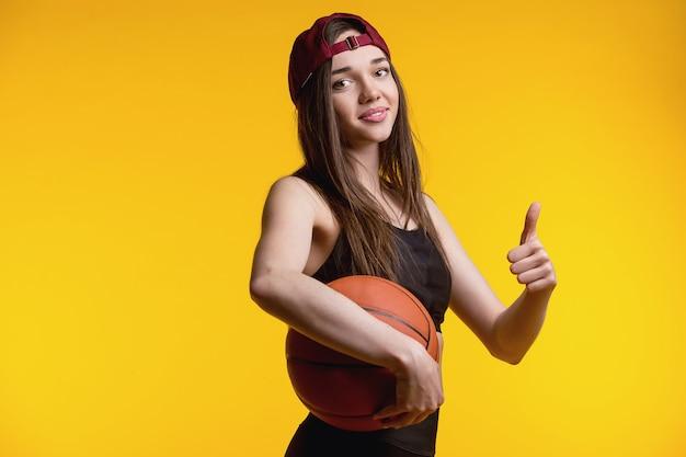 모자, 공 가진 선수에에서 젊은 여자의 초상화. 농구의 팀 스포츠에서 아름 다운 백인 여자