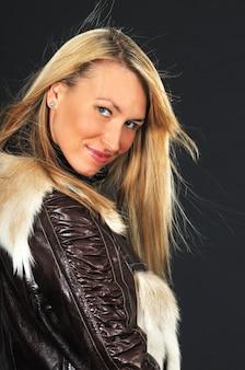 Портрет молодой женщины в кожаной куртке
