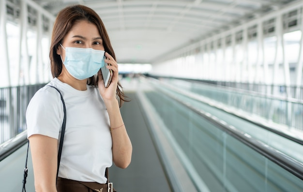 안티 코로나 바이러스 covid-19 전염병에 대한 의료 마스크에 젊은 여자의 초상화