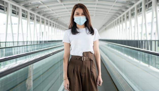 Портрет молодой женщины в медицинской маске для защиты от коронавируса covid 19