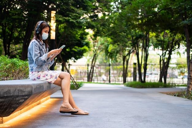 안티 코로나 바이러스 covid 19 보호를 위해 의료 마스크에 젊은 여자의 초상화