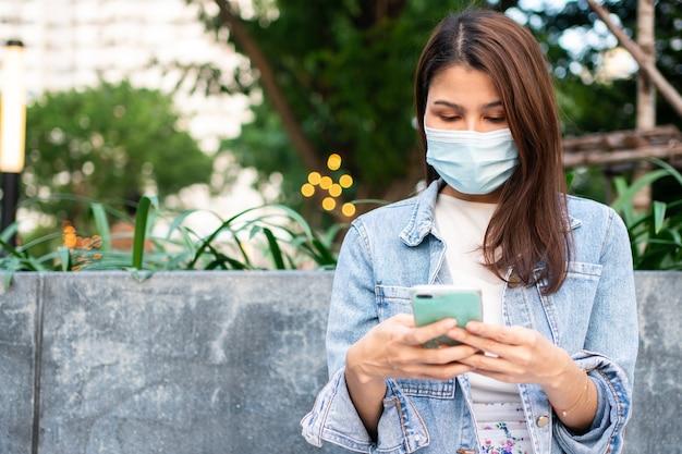 Портрет молодой женщины в медицинской маске против коронавируса covid 19
