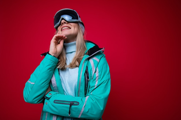 스키 재킷과 안경에 젊은 여자의 초상화