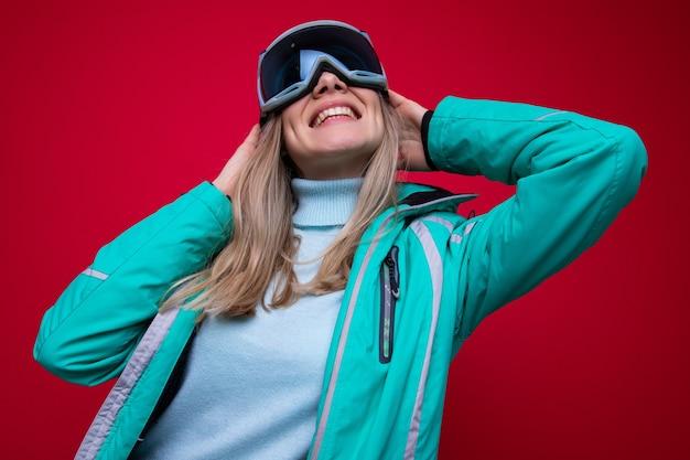 스키 재킷과 안경을 쓴 젊은 여성의 초상화