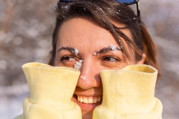 真っ白な笑顔で晴れた日の冬の森の若い女性の肖像画、浮気