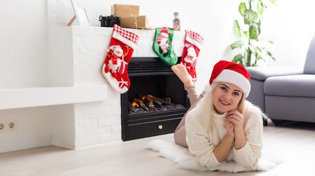 クリスマスに新年の装飾の若い女性の肖像画