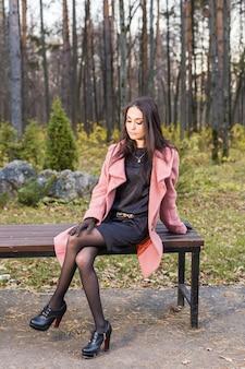 公園で若い女性の肖像画