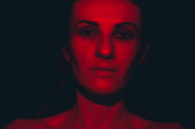 赤い光の中で若い女性の肖像画