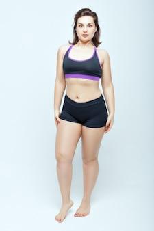 Портрет молодой женщины в спортивном нижнем белье