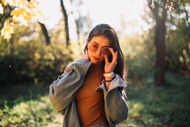秋の公園で若い女性の肖像画