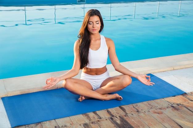 屋外で瞑想する若い女性の肖像画