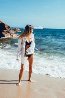 ビーチの日の若い女性の肖像画