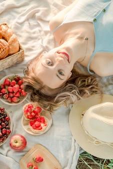 Портрет молодой женщины на пикнике