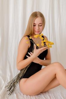 Портрет молодой женщины на текстильном фоне