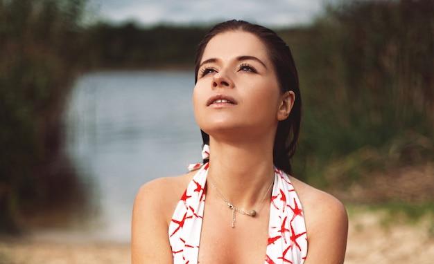 ビーチで若い女性の肖像画