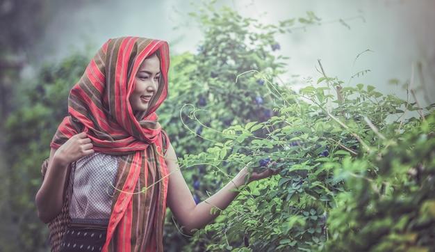 Портрет молодой женщины, позирует на природе