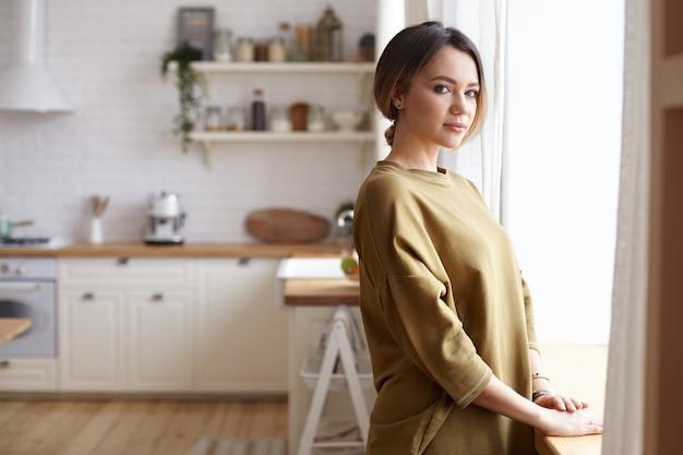 家でポーズをとる若い女性の肖像画