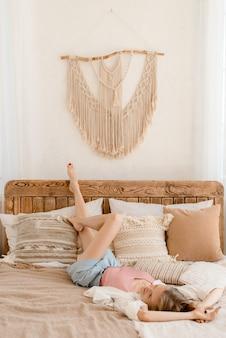 Портрет молодой женщины, расслабляющейся дома
