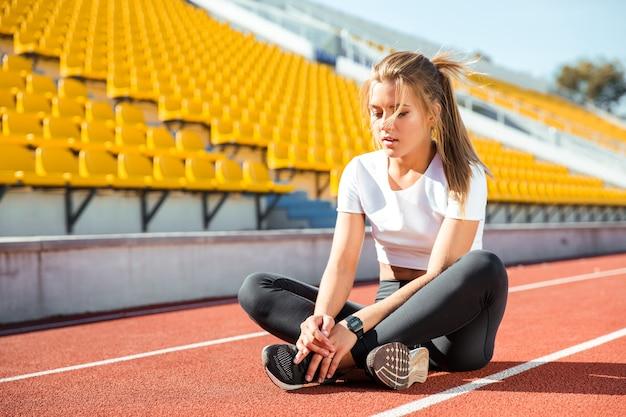 スタジアムで休んでいる若い女性の肖像画