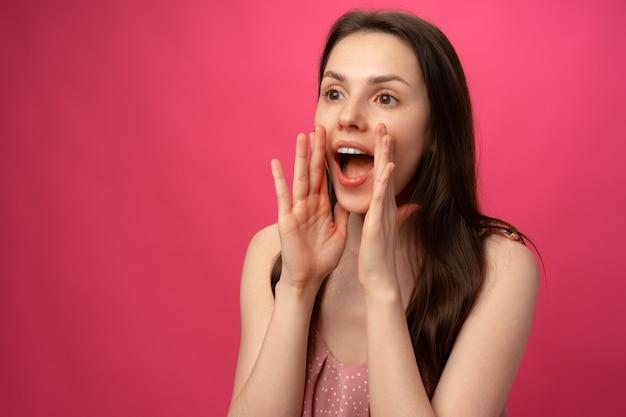 Портрет молодой женщины кричать крупным планом
