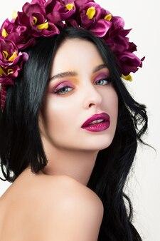 髪に花の花輪を持つ若い女性の肖像画