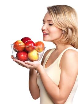 白で隔離のリンゴを持つ若い女性の肖像画。