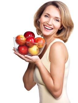 Портрет молодой женщины с яблоками - изолированные на белом.