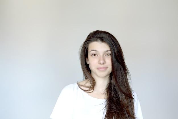 Портрет молодой женщины с черными волосами