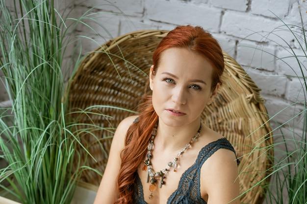 붉은 머리를 가진 젊은 여자의 초상화, 깨끗한 피부