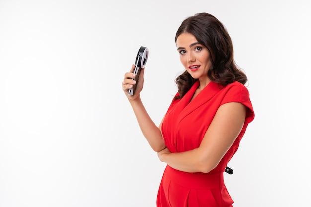 붉은 입술을 가진 젊은 여자의 초상화 전화 및 링 램프와 selfie을