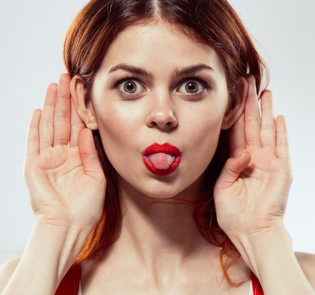 赤い唇を持つ若い女性の肖像画