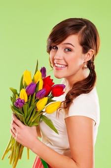 春の花を持つ若い女性の肖像画